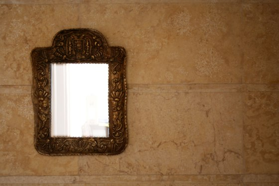 mirror-on-wall-1413751